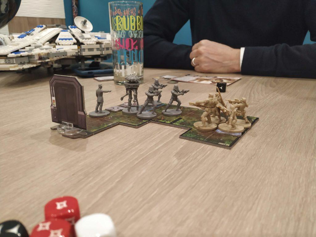 Stormtroopes, droïde sonde et lieutenant en commité d'accueil.