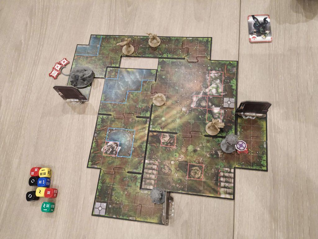 Vue du dessus du plateau de jeu, présentant les trois groupes séparés face à leurs ennemis (Nexu, droïdes sondes)