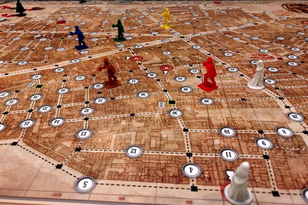 Carte du jeu avec les pions policier et infortunées